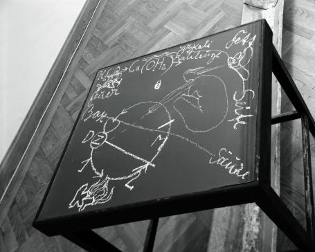 Joseph Beuys: Basisraum Nasse Wäsche 1979 (Detail) - Steiners Wandtafelzeichnungen (s.u.) zum Verwechseln ähnlich...