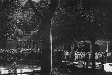 Die Waldorfschule Stuttgart 1936 beim vorgeschriebenen Appell zu Schuljahresbeginn und -ende (aus Deuchert 2012: 222. Verwendung mit freundlicher genehmigung des Info3/Mayer-Verlags)